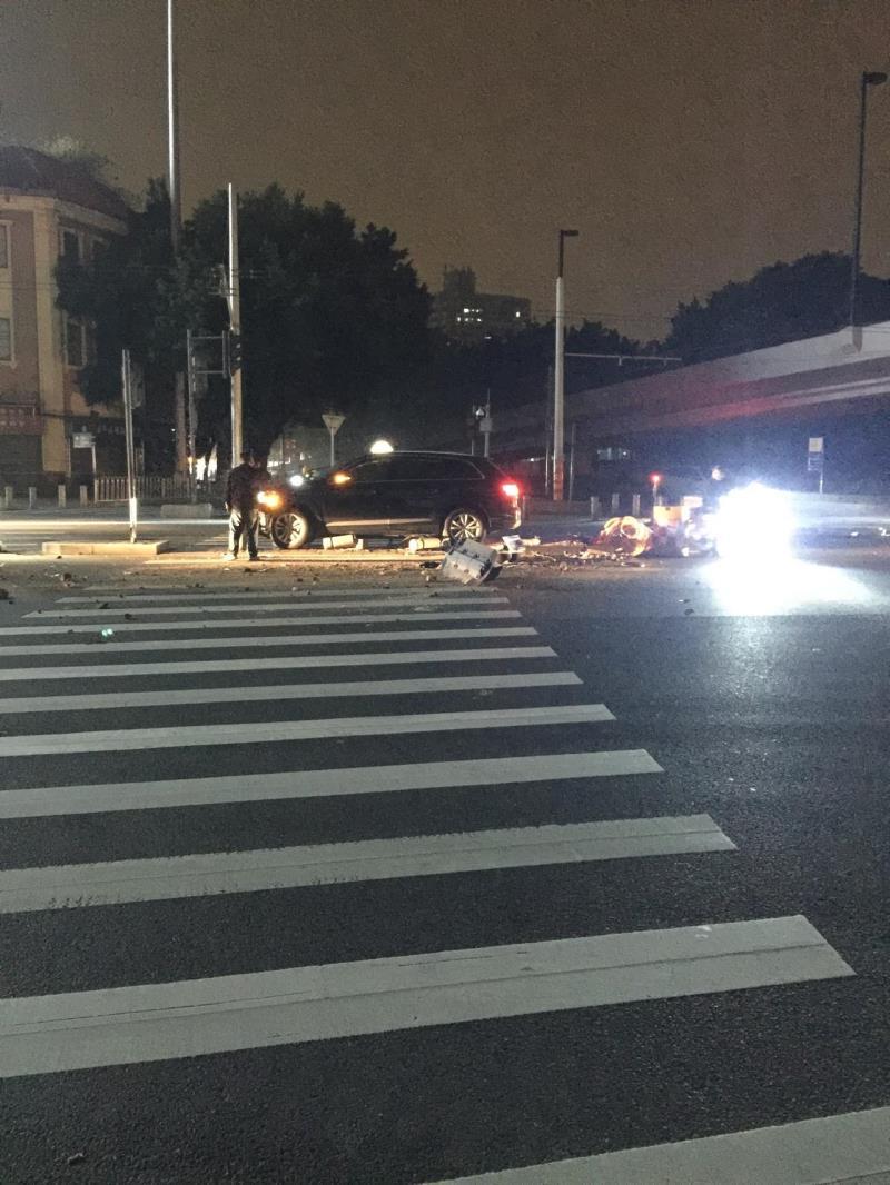 途观l phev,昨晚广州六二三路,因为交通信号灯故障,引起的车祸,一辆大众SUV,绿牌,跟一辆出租车,绿牌,相撞,觉得哪辆车撞的比较严重,ps,这辆大众应该是途观L吧