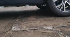 欧蓝德,发现车底盘这个板好像掉下来了谁遇到过这是什么地方这种板子造型是就这样的吗,还是掉下来了