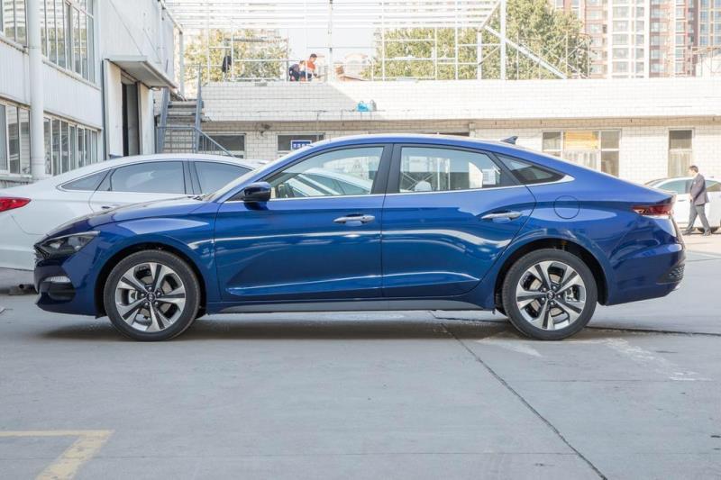 菲斯塔,白色车型看起来视觉效果好一点还是蓝色,蓝色车型在街上看过又小又短还不如轩逸,有点动摇了想买的心,🤣
